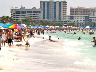 Offshore racing fans on Lido Beach